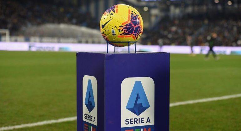 A bola e o logotipo da Série A em 2020/2021