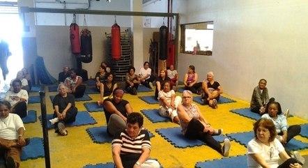 Participantes do grupo Calebe fazem atividades que auxiliam o bem-estar físico e emocional