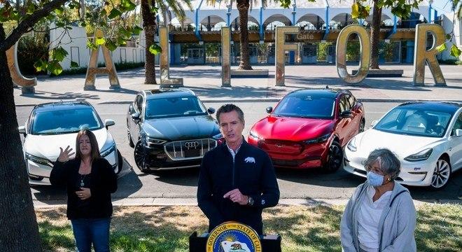 O democrata Gavin Newsom proibiu a venda de veículos a combustão a partir de 2035