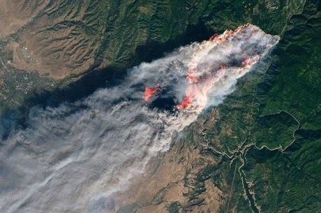 O incêndio de Camp Fire visto do espaço