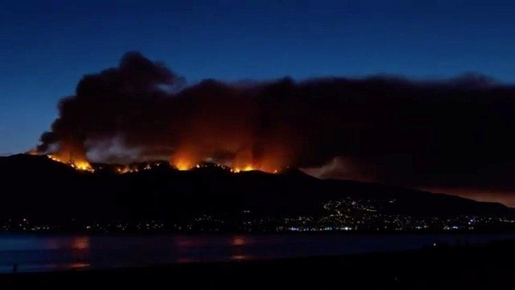 Incêndio florestal ameaça milhares de casas no sul da Califórnia