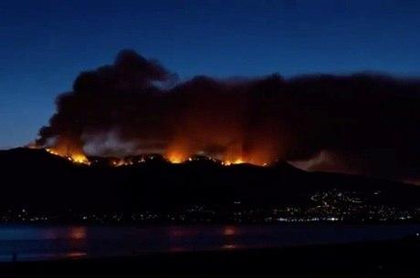 Incêndio ameaça comunidades no entorno do lago Elsinore