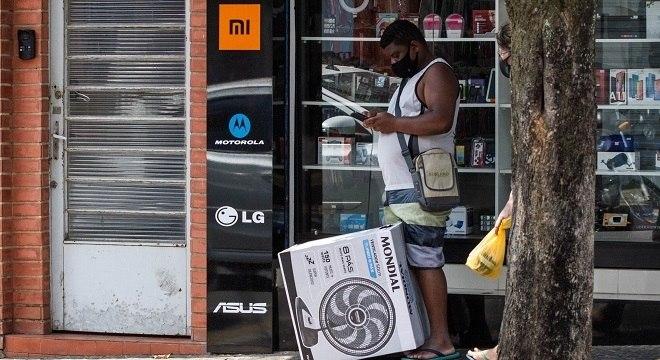 Homem comprando ventilador na cidade de Limeira, interior de São Paulo