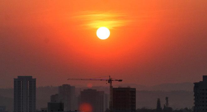 Nascer do Sol em Sorocaba, no interior de São Paulo, nesta terça-feira (6). Cidade deve ter calor de 38ºC