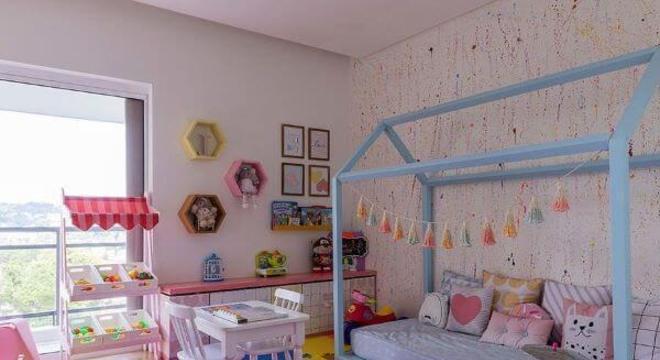 Cama casinha azul para quarto colorido