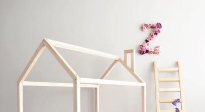 Cama montessoriana para quarto simples com cor de rosa