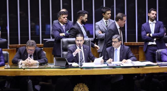 Deputados discutiram o projeto antes da abertura para votação