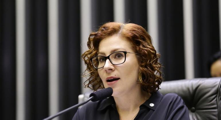 A deputada federal Carla Zambelli (PSL-SP), que deve depor na PF neste domingo (5)