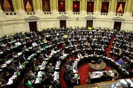 A votação dividiu deputados tanto da situação como da oposição, e o debate no Congresso se alongou por dois meses