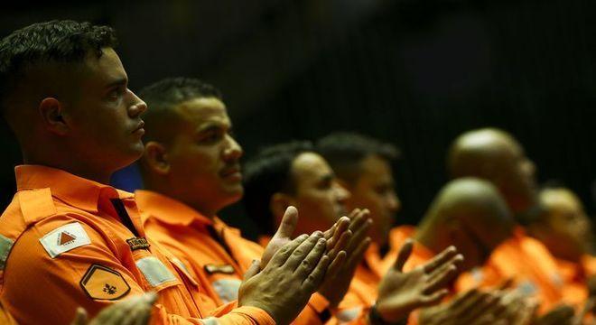 Profissionais que atuaram no resgate são homenageados em sessão solene