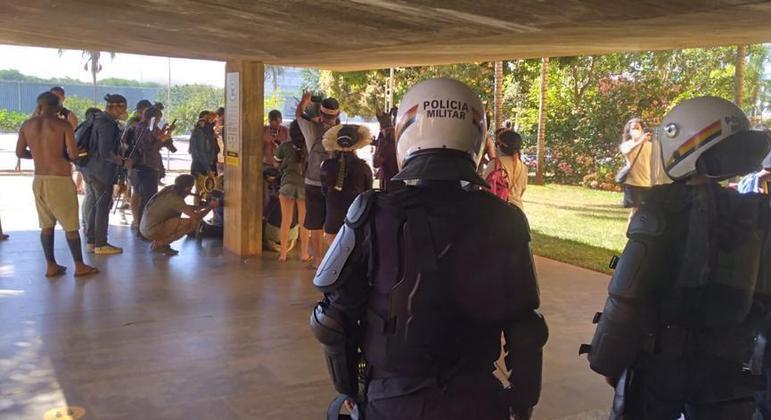 Indígena fica ferido em confronto com a PM na frente da Câmara dos Deputados, em Brasília