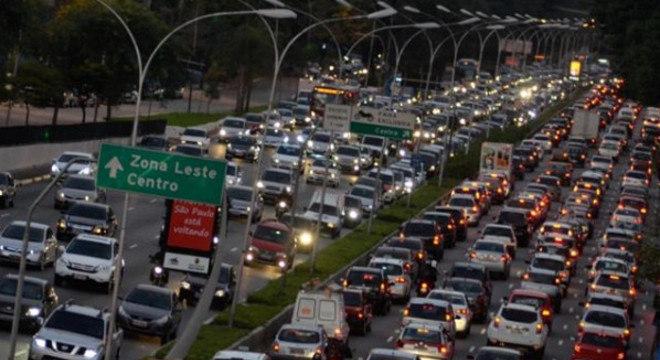 Aplicação do artigo 192 em face das motocicletas é hipocrisia. Que tal aplicar nos automóveis no horário de pico?