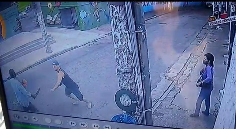 Câmera de segurança flagra momento que homem esfaqueia a vítima