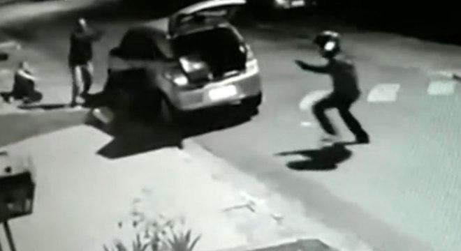 Suspeito foi atingido por um disparo e foi capturado há poucos metros do local