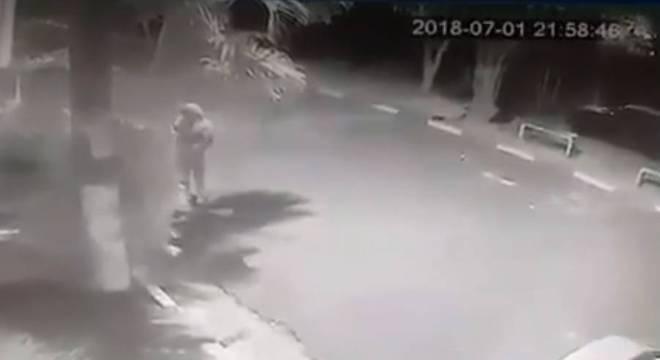 Câmera de segurança registrou momento em que bomba é arremessada