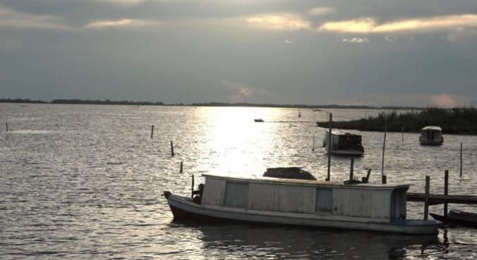 Câmera Record enfrenta tempestades para falar de embarcações clandestinas