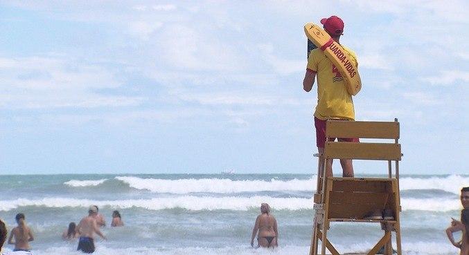 Câmera Record mostra praias lotadas e flagrantes de afogamentos durante a pandemia