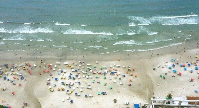 Em plena pandemia, a reportagem mostra faixas de areia lotadas de gente