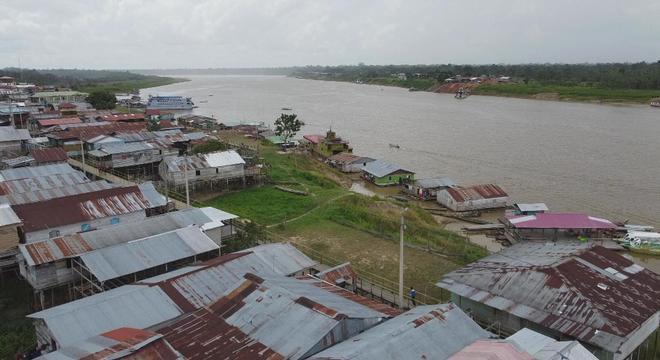 Povoado passa metade do ano sobre as águas no meio da Amazônia