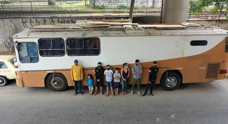 A família de Gilmar vive há anos em um ônibus