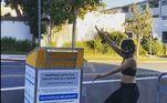 Quem também deu instruções para ninguém perder o voto antecipado foi a cantora Camila Cabello. Em uma posttagem no dia 13 deste mês, ela avisa sobre a cor da caneta que deve ser usado, alerta para o eleitor não colocar a cêdula em uma superfície molhada e relembra a importância de checar se a assinatura bate com a do registro eleitoral