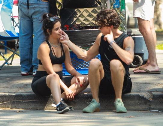 Camila e Shawn se sentaram na calçada e trocaram alguns carinhos enquanto relaxavam
