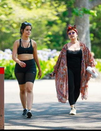 A mãe da cantora, Sinuhe Estrabao, também acompanhou o casal durante os exercícios no parque