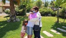 O emocionante abraço entre mãe e filha após família enfrentar UTIs e luto pela covid-19
