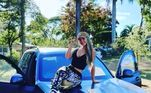 Um dos carros é a BMW X7. A mulher na foto é Camila Ângelo, esposa de Hulk, que recebeu o presente depois que se formou em medicina