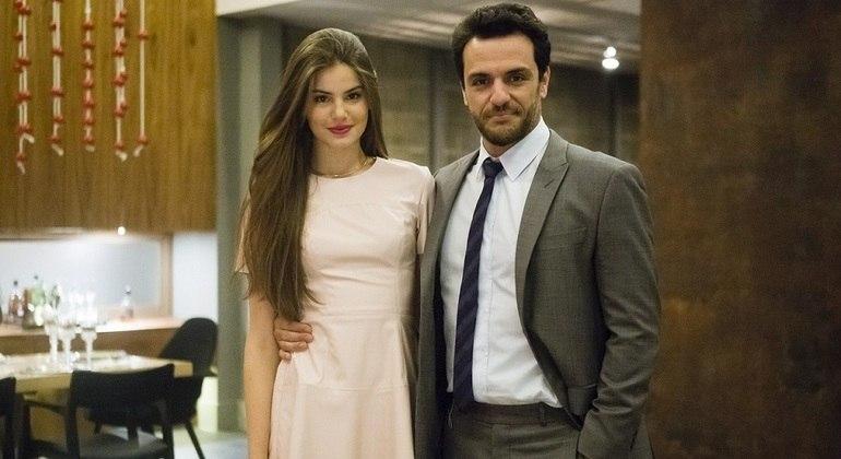 """Camila Queiroz e Rodrigo Lombardi são os protagonistas de """"Verdades Secretas"""""""