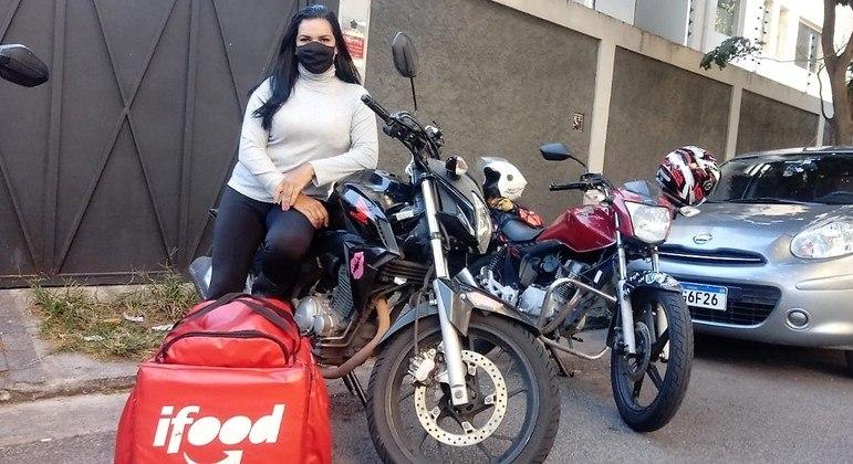 Camila diz que motogirls têm grupo de WhatsApp com 135 mulheres para se ajudarem