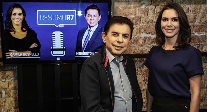 Heródoto Barbeiro e Camila Busnello apresentam o podcast do R7