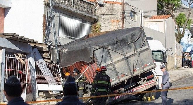 Um caminhão invadiu duas casas na região da Vila Matilde, em SP