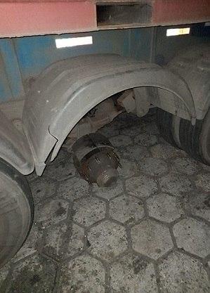 Caminhão soltou duas rodas na Rodovia dos Bandeirantes