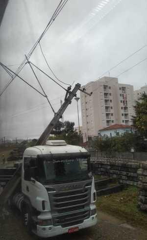 Caminhão colide em poste da CPTM