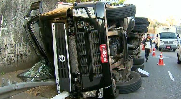 Caminhão tomba na zona oeste de São Paulo