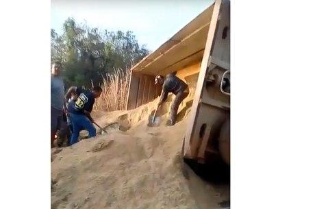 Caminhão estava carregado com areia