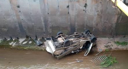 Veículo caiu no ribeirão com as rodas para cima
