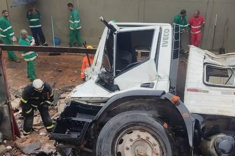 Motorista do caminhão foi levado ao pronto-socorro