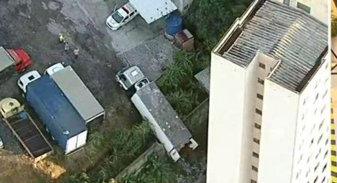 O caminhão roubado quase caiu de ribanceira em condomínio de SP