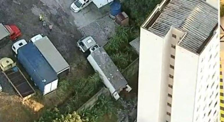 Caminhão roubado quase cai de ribanceira em condomínio de SP