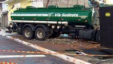 Caminhão bate em poste, arrasta veículos e invade terrenos em SP