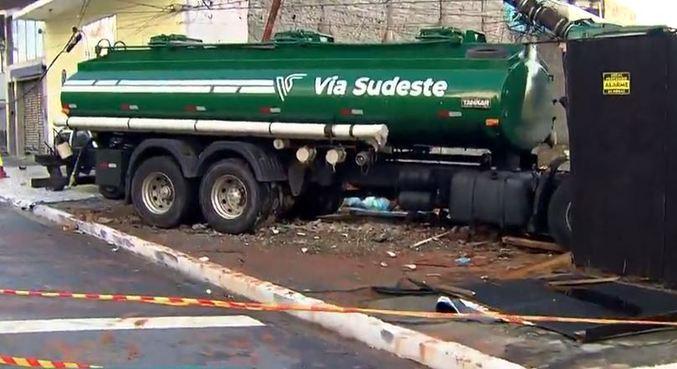 Caminhão colide contra poste no Cambuci, centro de SP