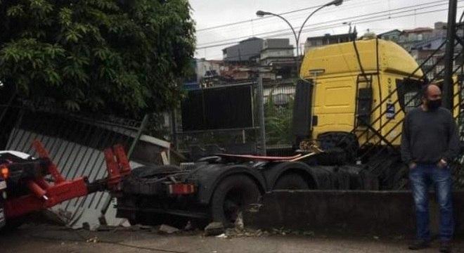 Motorista perde controle e caminhão bate em estação da CPTM