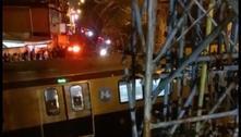 RJ: caminhão derruba passarela e trem da Linha 2 bate em destroços