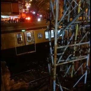 Caminhão derruba passarela na Linha 2 do metrô do Rio