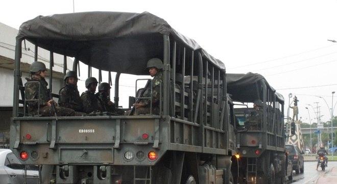Caminhão do exército trafega pelas ruas de Fortaleza