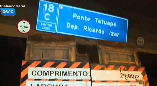 Caminhão entala em ponte do Tatuapé e provoca acidente na Marginal Tietê