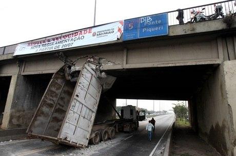 Basculante bate na Ponte do Piqueri