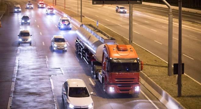 Caminhão-tanque foi escoltado pela polícia em São Paulo nesta madrugada